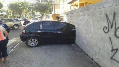 Acidente com três carros deixa uma pessoa ferida em Vila Velha - Colisão foi registrada em um cruzamento na Praia da Costa. Carro atravessou muro de terreno.
