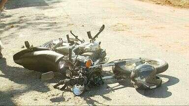Caminhão bate em poste e atinge motocicleta onde estava soldado do Exército em Varginha - Caminhão bate em poste e atinge motocicleta onde estava soldado do Exército em Varginha