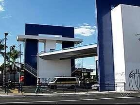 Prazo para liberação de passarela da Avenida João Naves termina este mês em Uberlândia - Ministério Público determinou que estrutura deve ser liberada até dia 30 de agosto. Secretário de Trânsito diz que não se pronunciará até final do prazo