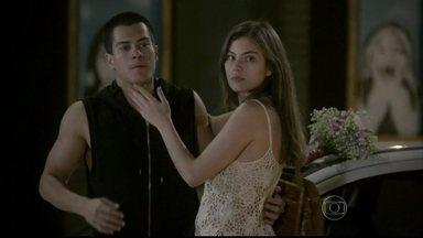 Gael encontra Bianca e Duca namorando na rua - O pai de Bianca reage bem e aceita o relacionamento da filha, mas avisa a Duca que vai ficar de olho nos dois. Karina tem acesso de raiva