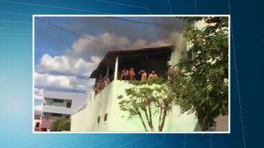 Presos fazem rebelião em cadeia pública do Crato - Eles queimaram colchões no interior da cadeia.