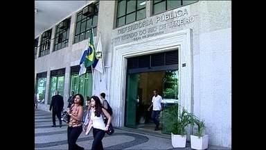Decisão do TJ proíbe que réus sejam levados para fóruns para reuniões com defensores - Uma decisão do Tribunal de Justiça do Rio de Janeiro proíbe que réus sejam levados das unidades carcerárias aos fóruns para se reunir com os defensores públicos. Por medida de segurança, eles só poderão sair para as audiências.