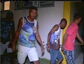 Integrantes de quadrilha são presos com três armas em Cabo Frio, no RJ - Três homens foram presos em uma casa do bairro Jardim Peró. Polícia encontrou duas pistolas e uma espingarda com suspeitos.