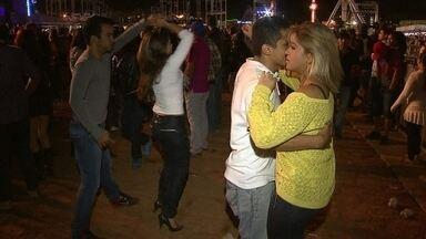 São João do Cerrado empolga casais na primeira noite do evento - Casais se empolgaram na primeira noite do evento. O palco principal terá o cantor Michel Teló.