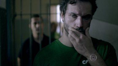 Um agente fala para Orville que há outro pintor na prisão - O policial conta que estão pintando a imagem de Juliane nas paredes. Orville se interessa em conhecer o preso