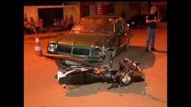 Batida entre carro e moto deixa uma pessoa ferida - Fato ocorreu no cruzamento da Avenida Bartolomeu de Gusmão e Rua Papoula
