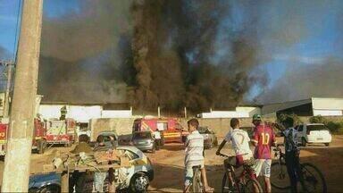 Bombeiros fazem trabalho de rescaldo no galpão destruído por incêndio em Lavras (MG) - Bombeiros fazem trabalho de rescaldo no galpão destruído por incêndio em Lavras (MG)