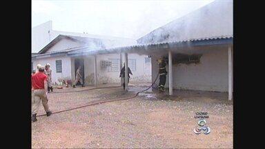 Incêndio atinge parte do Hospital da Criança em Ariquemes, RO - Três pacientes foram transferidas para um hospital particular. Direção da unidade acredita que um curto circuito causou o fogo.