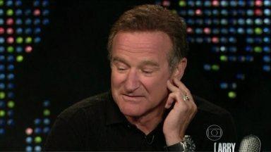 Morre Robin Williams, um dos atores mais queridos de Hollywood - Faleceu nesta segunda-feira (11), na Califórnia, aos 63 anos, o ator e comediante Robin Williams. A principal suspeita da polícia é que tenha sido um suicídio por asfixia.