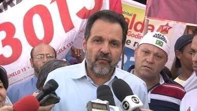 Agnelo Queiroz caminha pelo comércio e conversa com moradores de Ceilândia - O candidato à reeleição pelo PT, Agnelo Queiroz, passou a tarde de segunda-feira (11) em Ceilândia, onde foi à QNO 3 e ao Condomínio Sol Nascente. Ele caminhou pelo comércio e conversou com moradores.