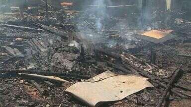 Incêndio destrói barracos em favela em bairro de Ribeirão Preto - Suspeita é de que incêndio começou por causa de curto-circuito na rede elétrica.