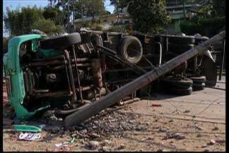 Caminhão tomba e causa acidente na Mogi-Bertioga - Antes do acidente, o caminhão ainda bateu em um poste de energia elétrica.