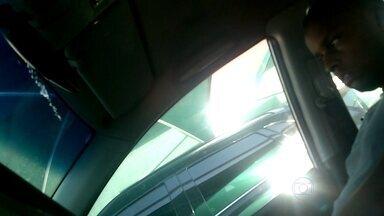 Polícia investiga assaltantes que atacam vítimas nos estacionamentos de supermercado - Polícia procura um bandido, que atua eventualmente com um comparsa em estacionamentos de supermercados e shoppings da Barra da Tijuca. A pessoa é rendida, levada para casa, onde é rendida, e tem tudo roubado.