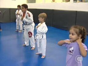 Crianças iniciam cedo no jiu-jitsu com o apoio dos pais - Crianças iniciam cedo no jiu-jitsu com o apoio dos pais