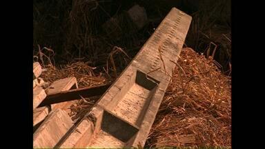 Poste com mais de uma tonelada cai sobre operário - Foi no pátio da Copel, em Londrina. O homem quebrou a perna.