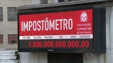 Associação Comercial mostra quanto o consumidor paga de impostos - O brasileiro já pagou R$1 trilhão de impostos desde o começo do ano. A Associação Comercial de São Paulo montou um caminhão para mostrar o quanto o consumidor paga de impostos em alguns produtos.