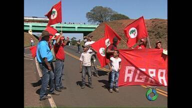 Integrantes do MST fazem bloqueio na PR 445 com BR 376 em Mauá da Serra - Os manifestantes pedem mais rapidez na reforma agrária e mais dinheiro do Governo Federal para a agricultura familiar. O protesto foi realizado em várias rodovias no Paraná.