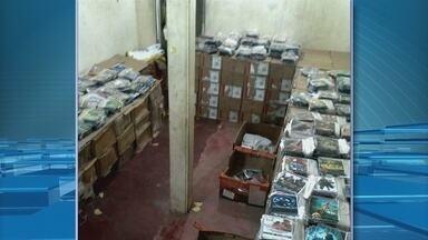 Depois de denúncia anônima Polícia Militar encontra depósito de CDs e DVDs piratas - DEPOIS DE UMA DENÚNCIA ANÔNIMA, A POLÍCIA MILITAR ENCONTROU UM DEPÓSITO NO CENTRO DE MACAPÁ ONDE ERAM ESCONDIDOS MILHARES DE CDS E DVDS PIRATAS. AS INFORMAÇÕES COM A REPÓRTER SIMONE GUIMARÃES.