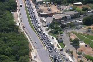 Veja a situação do trânsito no início da tarde desta terça-feira (12), em Salvador - Por conta de obras, motoristas enfrentam lentidão em algumas regiões da cidade. Confira nas imagens do RedeCop.