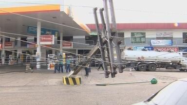 Caminhão derruba poste e energia é interrompida em bairro de Manaus - Energia foi interrompida em parte do bairro Cidade Nova.