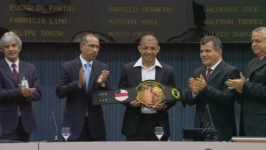 José Aldo é homenageado na Câmara Municipal de Manaus - Campeão do UFC recebeu um cinturão, nesta terça-feira.