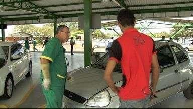 Condutores reclamam de demora em atendimento no Detran em Campo Grande, MS - Por questões de segurança, emplacamento é só realizado na sede do órgão.