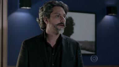 José Alfredo fica apreensivo com visita de Maria Marta a Cristina - Maria Clara percebe o nervosismo do pai