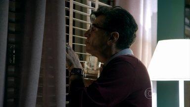 Téo fica balançado por Robertão - Blogueiro abre uma garrafa de uísque