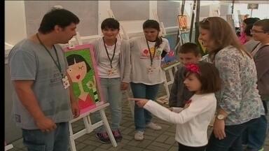 Feira de Artes das Apaes do Litoral Norte reúne trabalhos desenvolvidos pelos alunos - A exposição acontece no Calçadão da Hercílio Luz, no Centro de Itajaí, com trabalhos desenvolvidos nas salas de aula das onze Apaes da região.