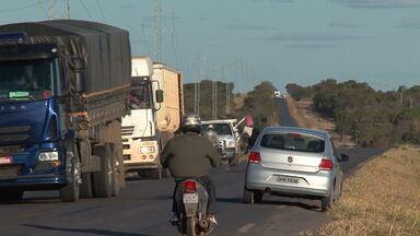 Agricultores do oeste da BA reclamam de prejuízos por conta das más condições da BR-460 - Segundo eles, péssimas condições da estrada encarece muito o frete dos produtos.