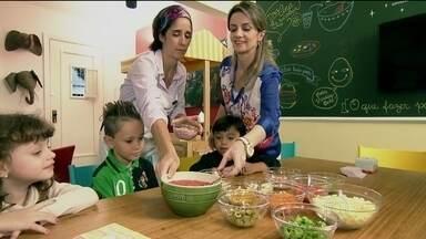Crianças aprendem a comer brincando - Os pais gravaram com o celular a batalha diária de fazer os baixinhos comerem. Mas eles tentam mudar a relação tão complicada entre as crianças e a comida.
