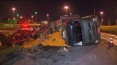 Caminhão tomba na Avenida Brasil - O acidente foi no acesso à Rodovia Washington Luís, em Cordovil. O caminhão transportava tangerinas, que se espalharam pelo acostamento. Ninguém ficou ferido.