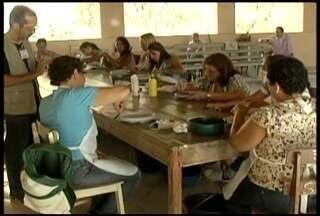 Moradoras de Conselheiro Pena transformam fibras de bananeira em obras de arte - Além de sustentável, atividade também é fonte de renda.