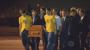 1º Bloco | Filhos de Eduardo e companheiros de partido carregam caixão do ex-governador - Corpo dele e dos companheiros de trabalho chegaram ao Recife pouco depois das 23h.