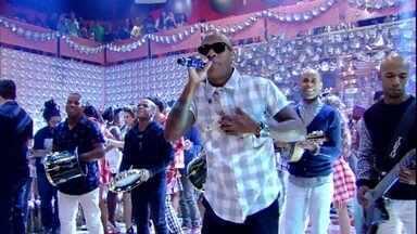 Turma do Pagode canta 'Pente e Rala' - Todos caem na dança com o sucesso do grupo de pagode