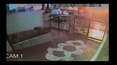 Câmeras de segurança registram o momento da queda do avião - Equipe do Fantástico mostra imagens inéditas de casas atingidas pelo avião que caiu em Santos, litoral paulista, na última quarta-feira (13). Confira.