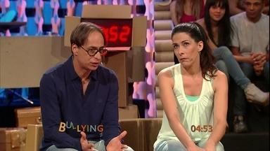 Quadro 'Uãnuêi' deste domingo (17) fala sobre bullying - O quadro de improviso dos atores Pedro Cardoso e Graziella Moretto, deste domingo (17), faz improviso de cinco minutos sobre bullying. Confira.