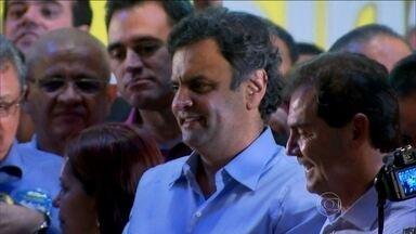Aécio Neves faz campanha em São Paulo - A primeira parada do candidato do PSDB foi dentro de um ônibus onde mulheres fazem exames de prevenção ao câncer de mama. Depois, Aécio Neves circulou por lojas da região.