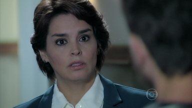 Beatriz choca Leonardo ao procurá-lo - Cláudio fica aliviado ao perceber que José Alfredo não sabe nada sobre seu envolvimento com o jovem ator