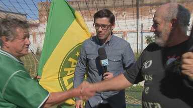 Futebol dá assunto para mais de metro - Em Ipaussu, dois famosos torcedores, um do Corinthians e outro do Palmeiras, já são assunto na cidade por conta do amor pela camisa que vestem.
