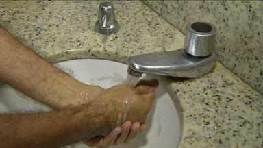 Boa higiene das mãos ajuda na prevenção de meningite e hepatite A - O infectologista Caio Rosenthal ressalta a importância de lavar bem as mãos, principalmente após ir ao banheiro. A vacina contra a hepatite A agora está disponível no SUS.