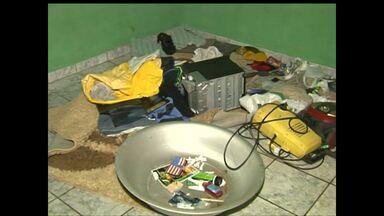 PM estoura 'boca de fumo' e encontra droga dentro de geladeira - Casa no bairro Diamantino, em Santarém, era ponto de venda de droga.Três homens foram presos.