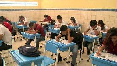 Mais de 27 alunos da rede pública participam do primeiro simulado do Enem - Projeto prepara alunos para o exame com aulas via satélite.