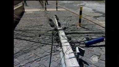Moradores e comerciantes da Zona Leste reclamam das constantes faltas de energia - Moradores e comerciantes da Zona Leste reclamam das constantes faltas de energia. Grande número de acidentes envolvendo a rede elétrica contribui para esta situação.