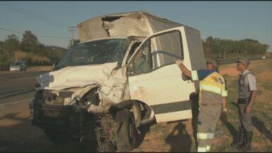 Motorista morre após colisão frontal entre carro e caminhão em Piracicaba - Uma motorista de 42 anos morreu após o carro que dirigia colidir de frente com um caminhão nesta quinta-feira (21), na rodovia que liga Piracicaba a São Pedro. Segundo a Polícia Rodoviária, a vítima invadiu a pista contrária e acertou o caminhão.