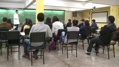 Candidatos se preparam para o Vestibular de Inverno da Unicentro - As provas são no domingo e na segunda-feira. E nesta reta final, muitos estudantes estão se esforçando para conquistar uma vaga na universidade em 2015.