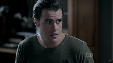 Enrico pressiona Cláudio a contar motivo de sua aflição - Ele conta que todos perceberam a preocupação de Cláudio, inclusive o Comendador