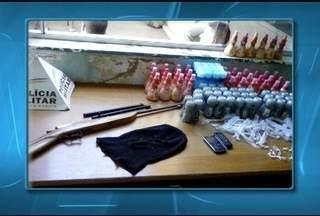 Seis pessoas são apreendidas por tráfico de drogas em Francisco Sá - Quatro maiores e dois menores foram detidos na manhã deste sábado (23).
