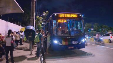 Paralisação de motoristas de ônibus pega passageiros de surpresa no Grande Recife - Eles protestaram contra a suspensão de 10% de reajuste salarial concedido pela Justiça.