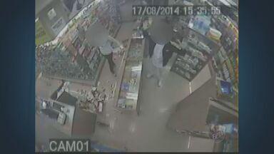 Dois homens são presos e um menor apreendido em Campinas - As câmeras de segurança da farmácia roubada registraram a ação de assaltantes em Campinas.